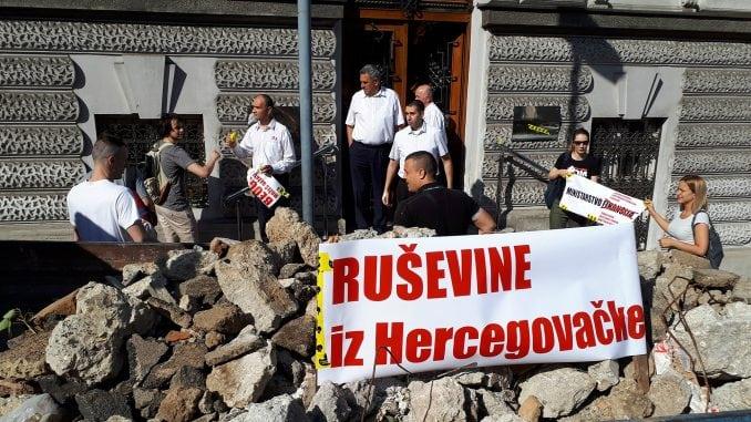 Ruševine iz Hercegovačke ispred Ministarstva finansija 1