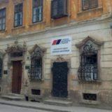 VOICE: SNS postavio tablu na zgradu pod zaštitom države u Sremskim Karlovcima 12