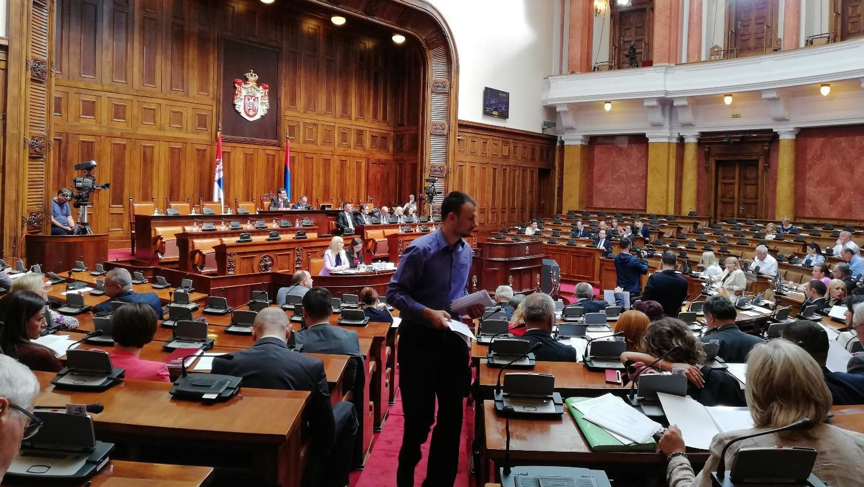 Poslanici SDPS napustili zasedanje parlamenta zbog Šešelja 1