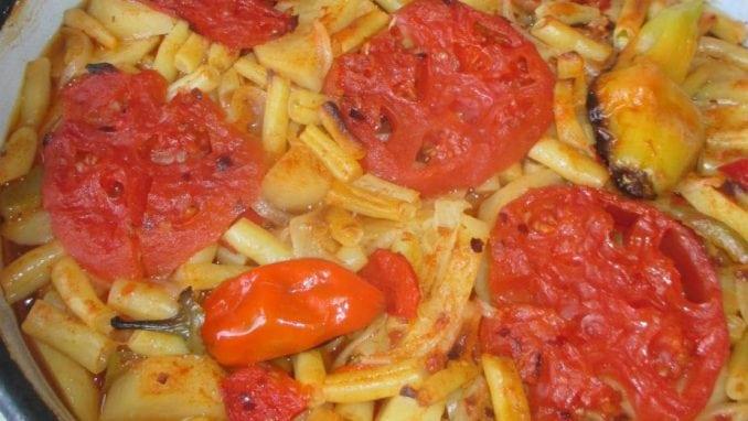 Tepsija (ili na tepsiju)-jelo od boranije, krompira, paprika i paradajza 1