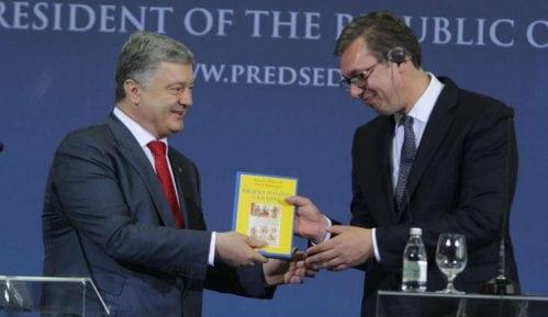 Porošenko Vučiću poklonio Danasovu knjigu 11