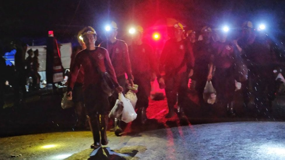 Ronioci spasavaju dečake zarobljene u pećini na Tajlandu