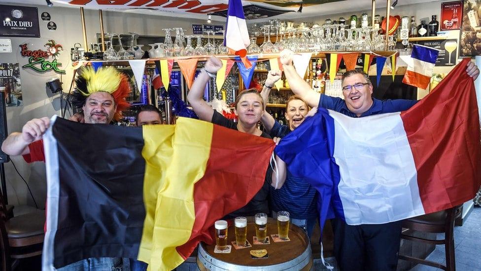 Belgijski i francuski navijači okupljeni u kafiću u blizini granice Belgije i Francuske