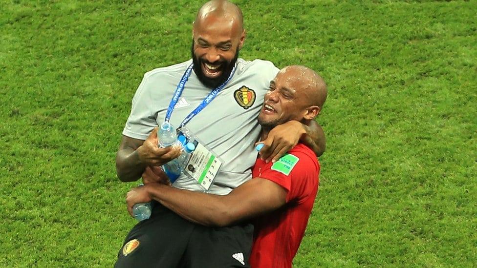 Tjeri Anri proslavlja pobedu Belgije nad Brazilom sa Vinsenton Kompanijem.