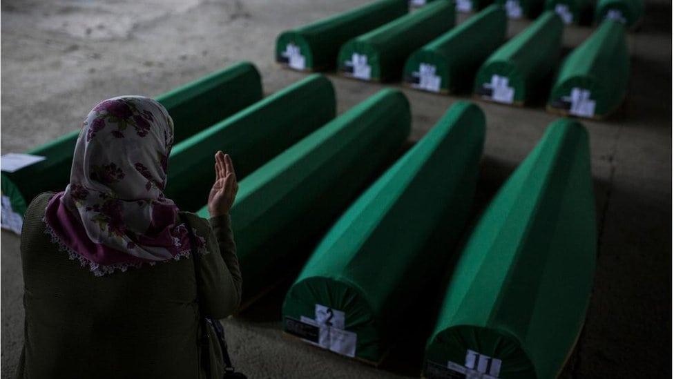 Žena se moli pored tabuta