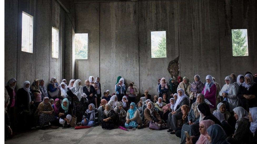 Žene okupljene pre molitve