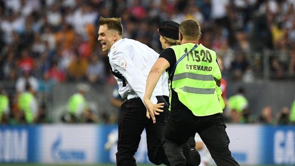 Petr Verzilov beži od obezbeđelja na stadionu Lužniki
