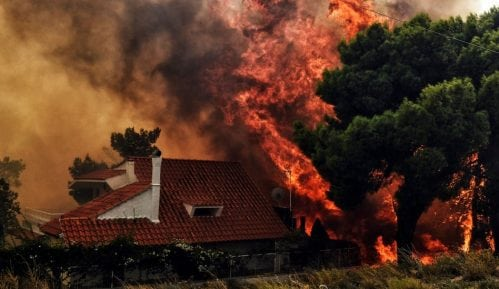 Požari u Grčkoj: Desetine žrtava nedaleko od Atine 3