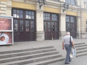 Vrata Glavne železničke stanice zaključana, na ulazu znakovi za radove 2