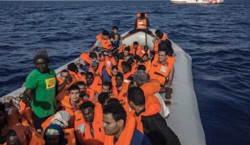 Brod sa spasenih 75 migranata blokiran kod obale Tunisa 8