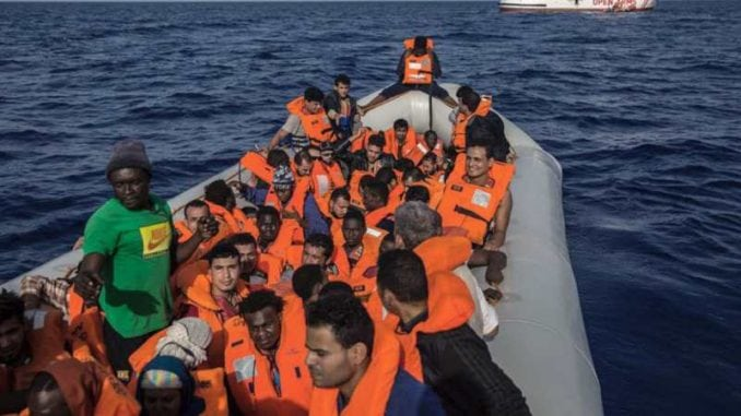 Brod sa spasenih 75 migranata blokiran kod obale Tunisa 3