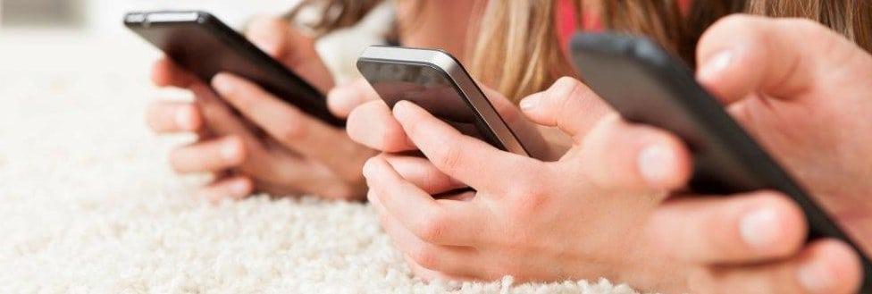 Devojčice na telefonima