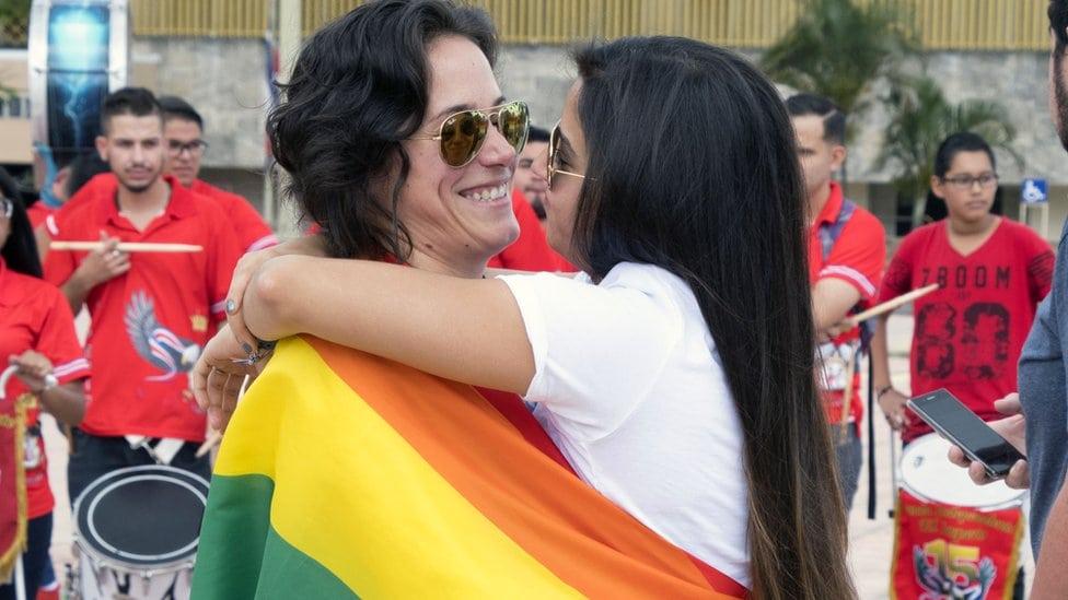 Žene se grle ispred Vrhovnog suda u San Hoseu