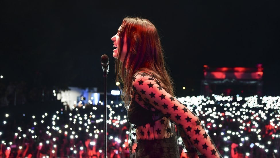 Dua Lipa za mikrofonom na koncertu u Prištini, avgust 2016.
