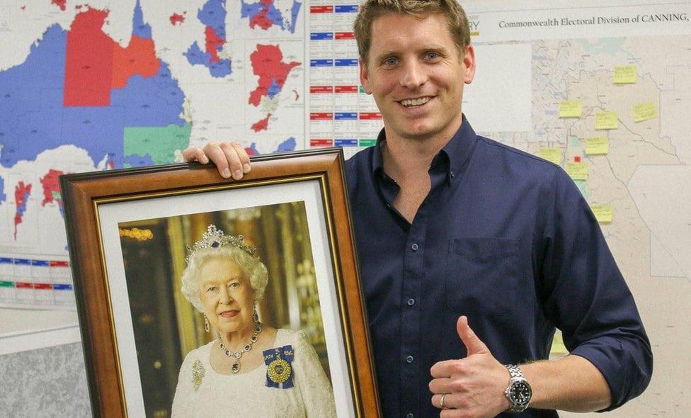 Narodni poslanik Endru Hasti sa potrtetom kraljice Elizabete