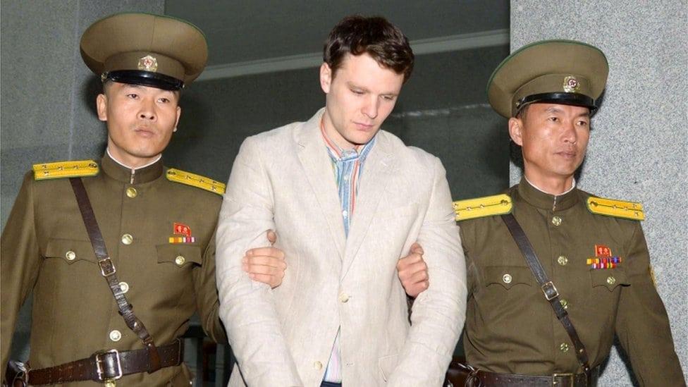 Oto Barmbijer sa severnokorejskim čuvarima u sudnici