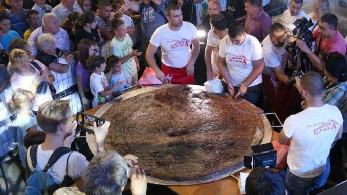 Leskovčani opet oborili rekord - napravili pljeskavicu tešku 66 kilograma 3