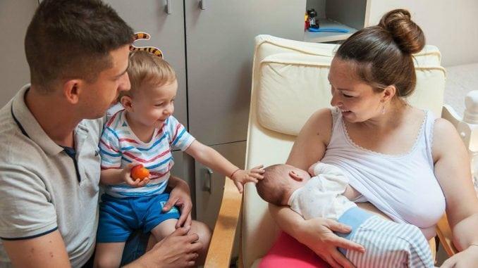 U Srbiji svaka deseta majka doji dete 3