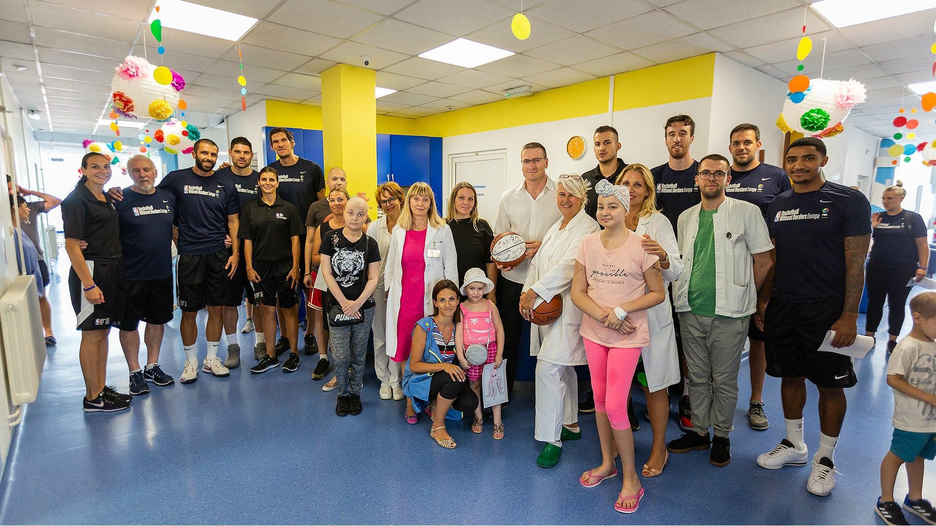 """NBA košarkaši u poseti mališanima Instituta za onkologiju i """"Tiršove"""" 1"""