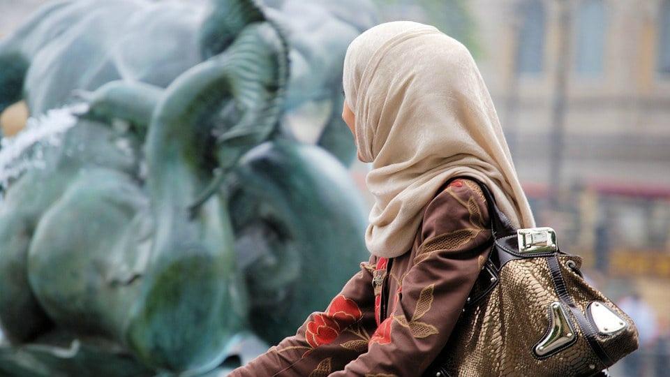 Muslimanka koja je odbila rukovanje dobila sudski spor u Švedskoj 1