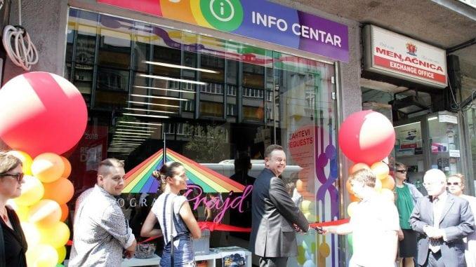 Išaran izlog Prajd info centra u Beogradu tokom protesta o Kosovu i Metohiji 1