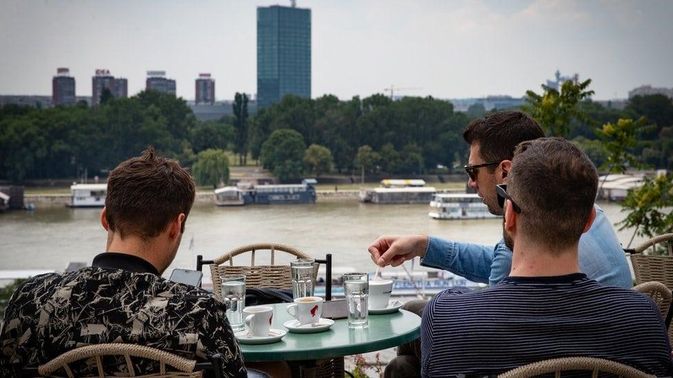 Mladi u beogradskom kafiću