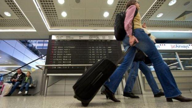 Prolaznik sa koferom na aerodromu