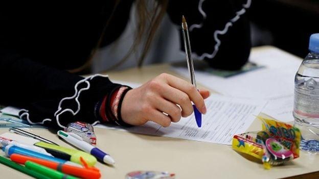 Učenik piše