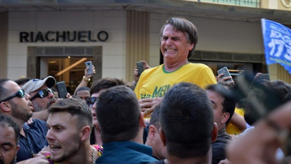 Bolsonaro se drži za stomak