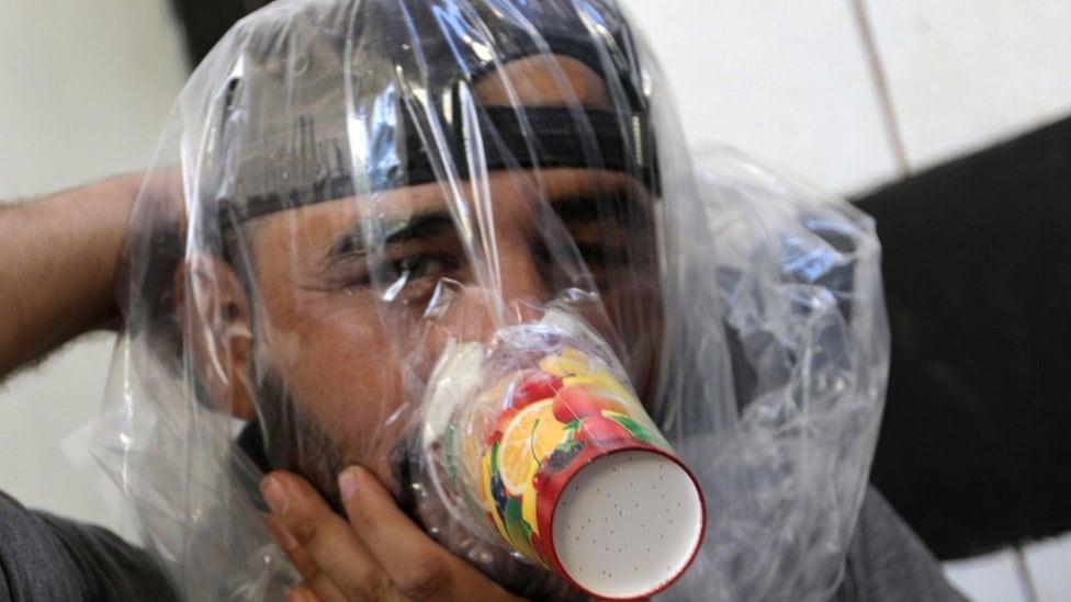 Hudhafa al Šad proba improvizovanu gas masku
