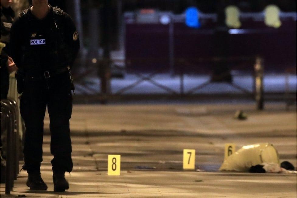 Policajac i obeležen dokazi na ulici