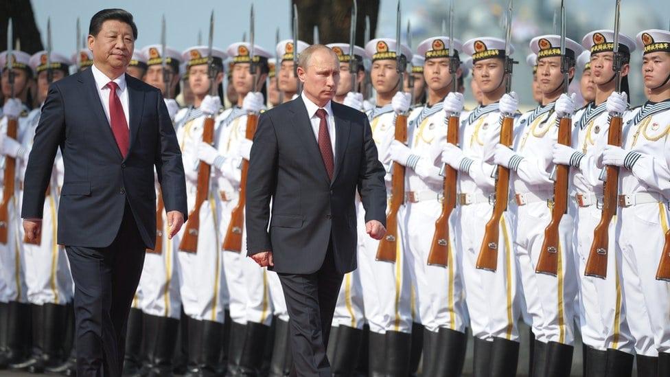 Kineski i ruski predsednik vrše smotru kineskih trupa na vojnoj ceremoniji 2014
