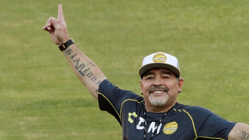 Dijego Maradona maše navijačima na stadionu Banorte u Kuliakanu, meksičkoj državi Sinaloa 10. septembra 2018. godine