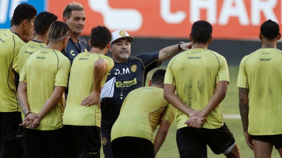 Dijego Maradona daje instrukcije igračima tokom prvog treninga u Doradosu