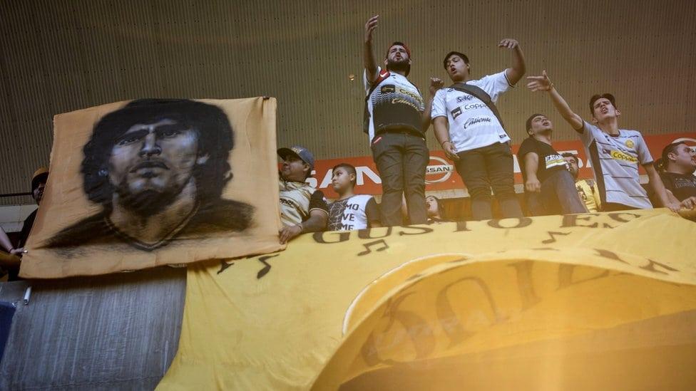 Fanovi navijaju na prvom Maradoninom treningu.