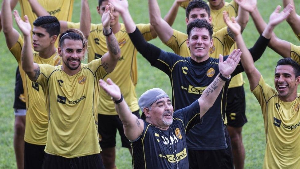 Legenda Argentine Dijego Maradona se smeje sa ostalim igračima tokom prvog treninga 10. septembra 2018. godine