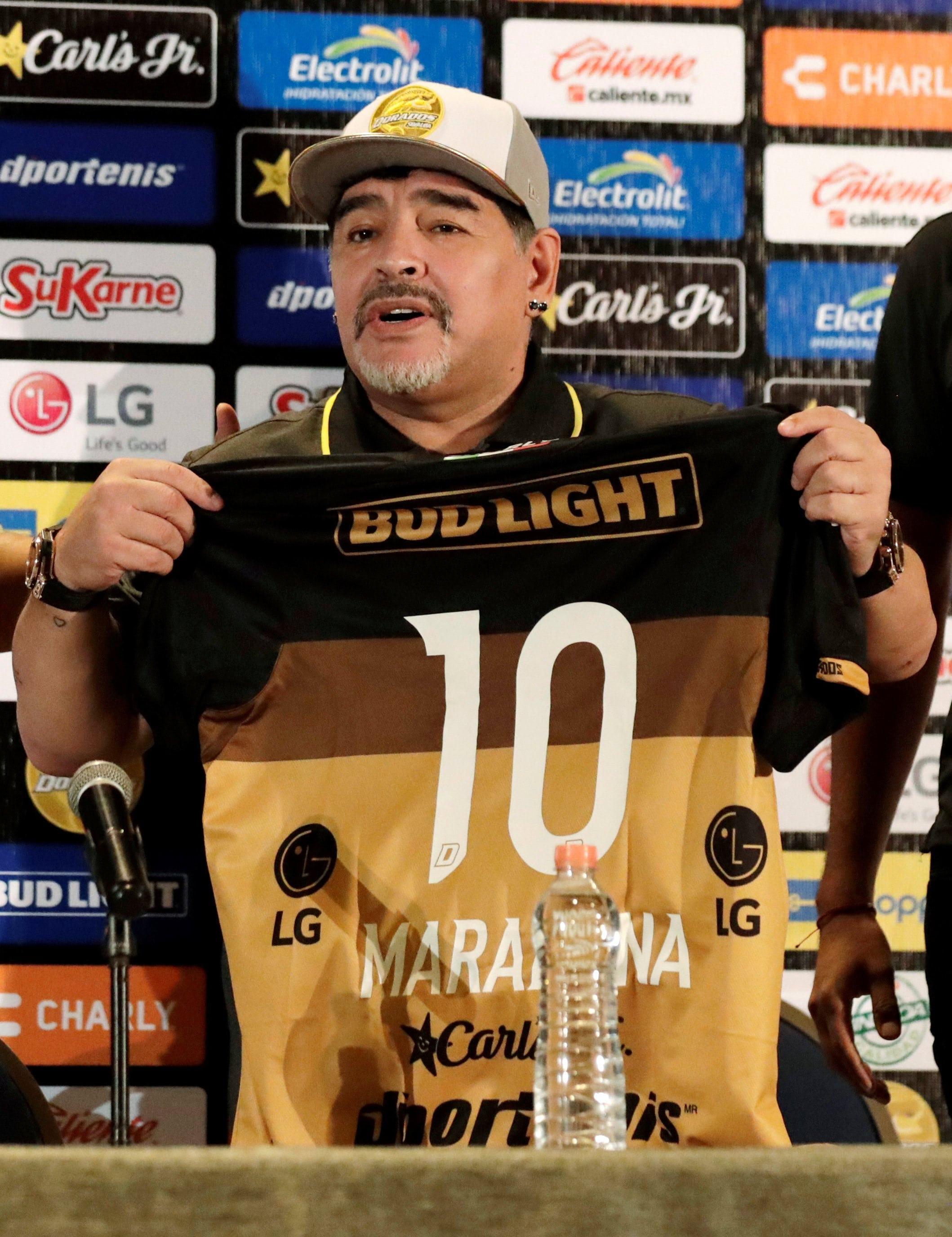 Dijego Maradona drži dres kluba Dorados sa brojem 10 tokom pres konferencija u Kuliakanu, Sinalio, Meksiku 10 septembra 2018. godine.