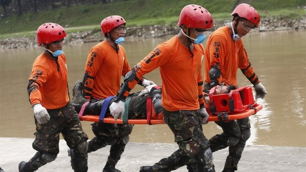 vojnici nose čoveka na nosilima