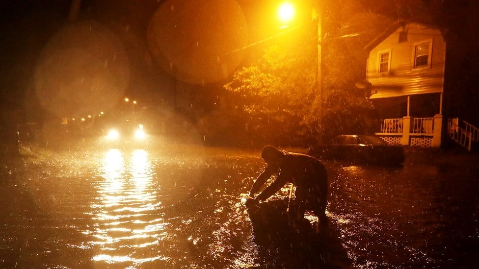 Čovek u poplavi