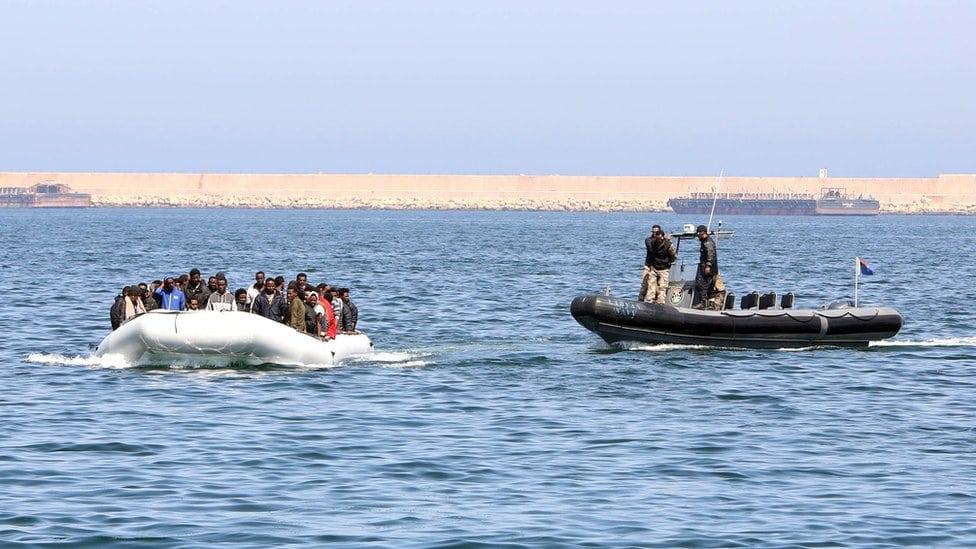 Libijska policija zaustavlja brod pun migranata, 2015