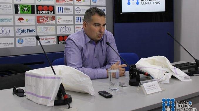 Priveden jer je držao kritički tarnsparent namenjen Vučiću? 1