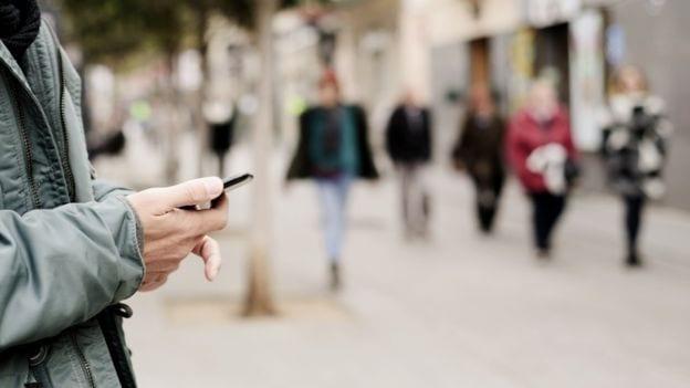 Žena drži telefon u rukama