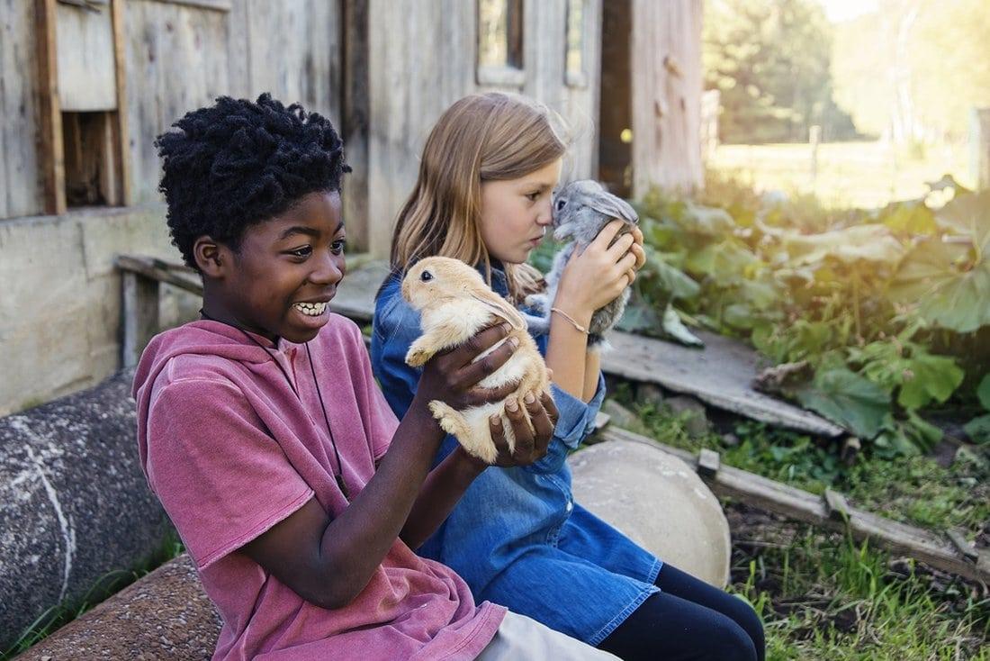 Dečak i devojčica drže zečeve