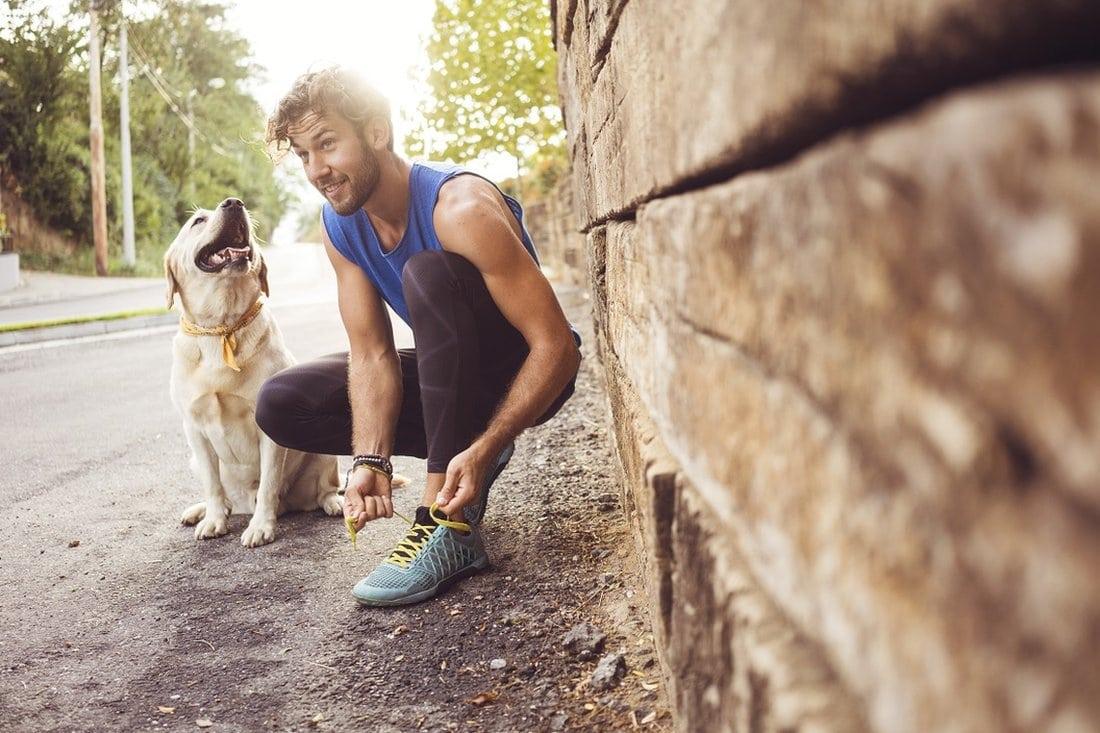 Muškarac i pas se spremaju da trče