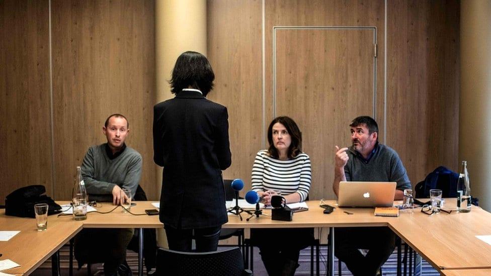 Grejs Meng priča sa novinarima