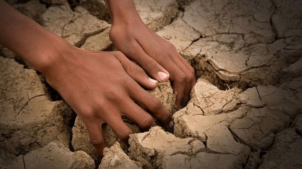 ruke u zemlji