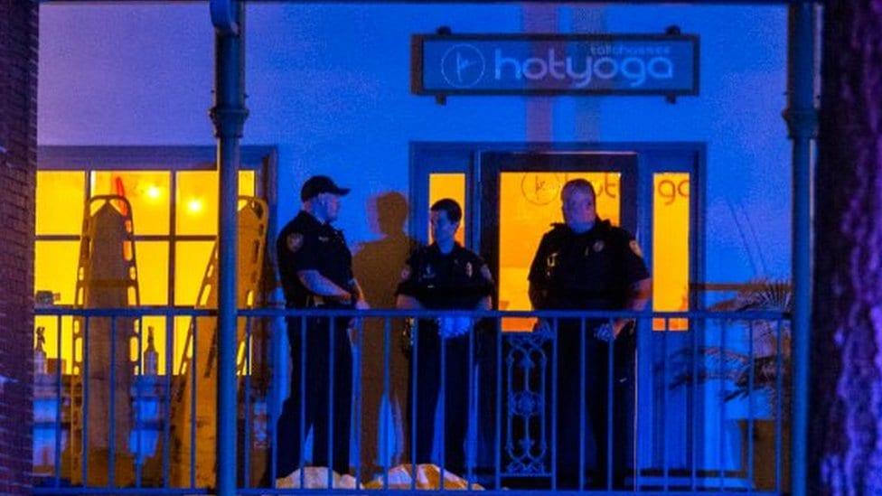 Policija Talahasija ispred škole joge