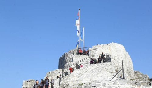Zastave Srbije i Užica na jarbolima iznad užičkog Starog grada 4