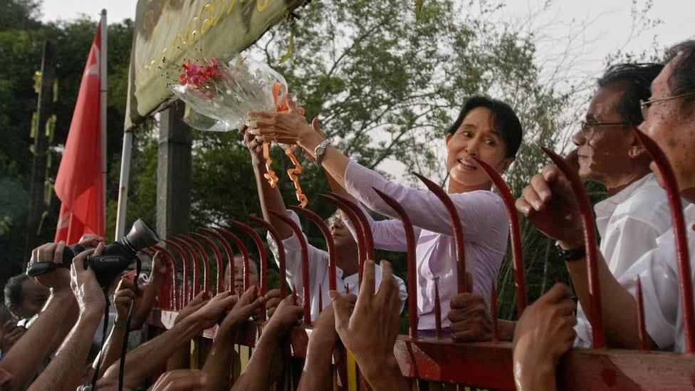 Aung San Su Ći pozdravlja ljude na skupu podrške, nakon što je oslobođena iz kućnog pritvora