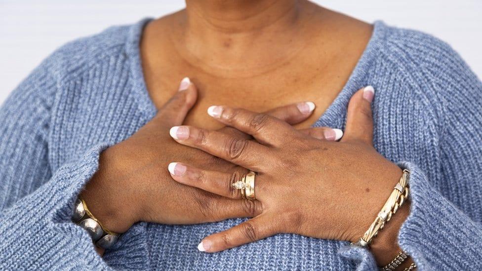 Žena sa rukama u predelu srca